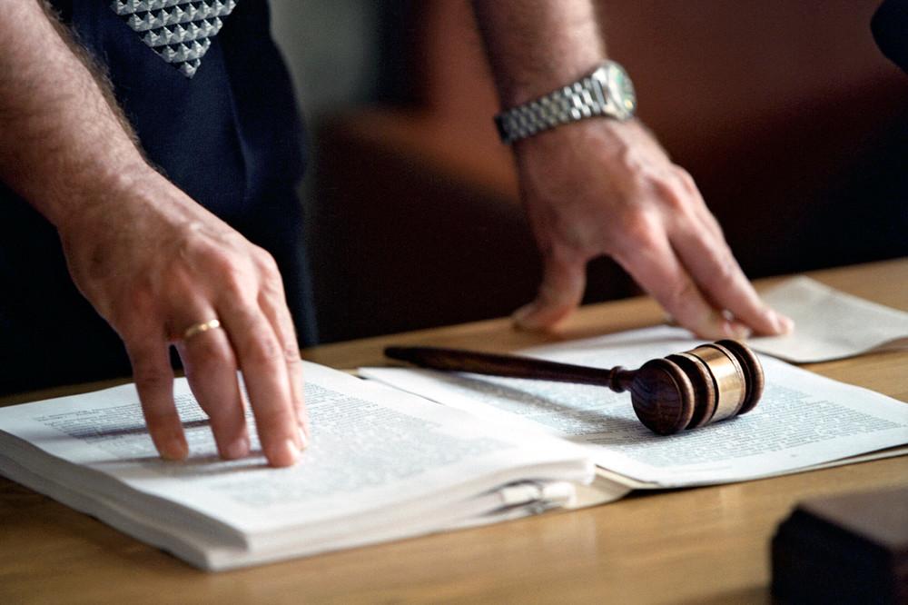 участие в судебном заседании или на судебном заседании принадлежал миру